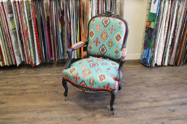 Renvoation fauteuil avec un tissu Konya Louis XV