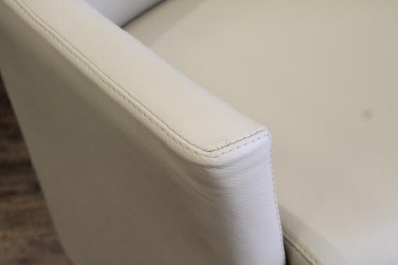 accoudoir-du-fauteuil-cuir-blanc